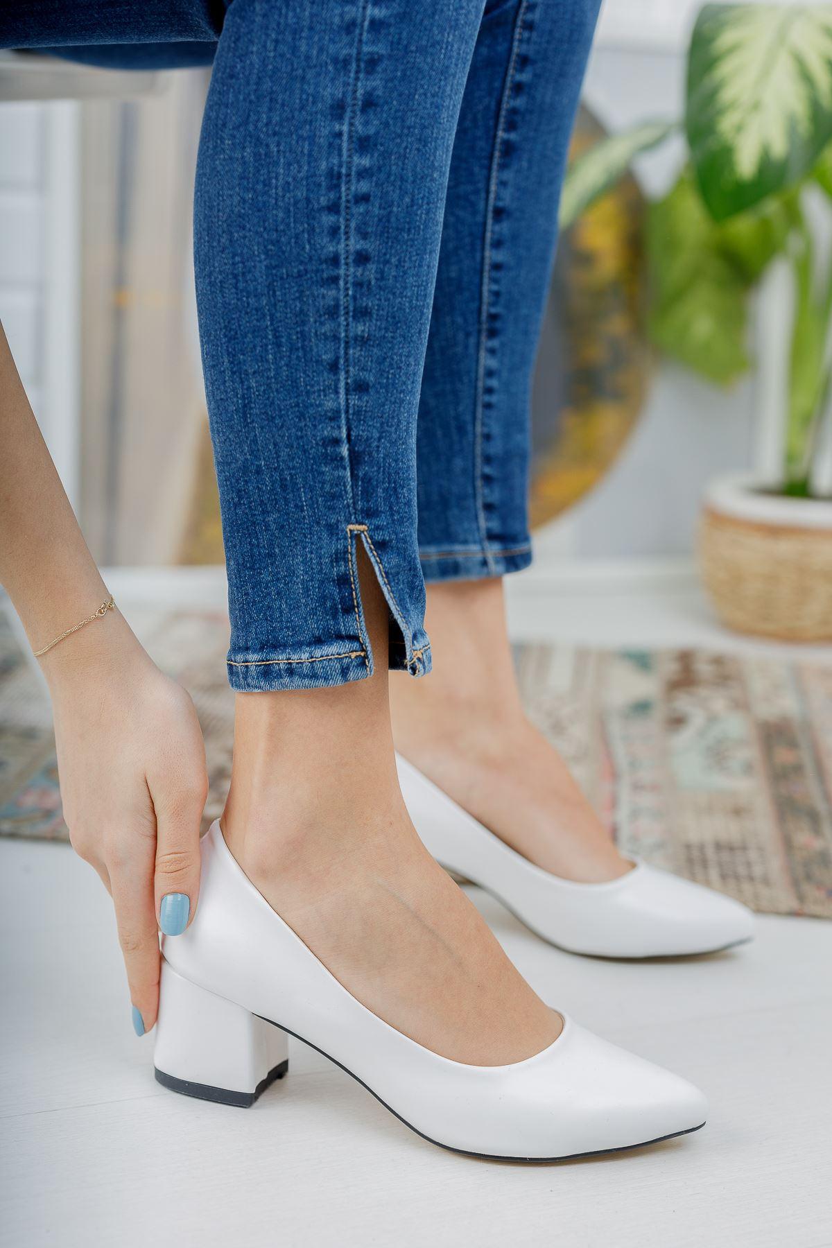 Düz Beyaz Cilt Kalın Topuklu Ayakkabı