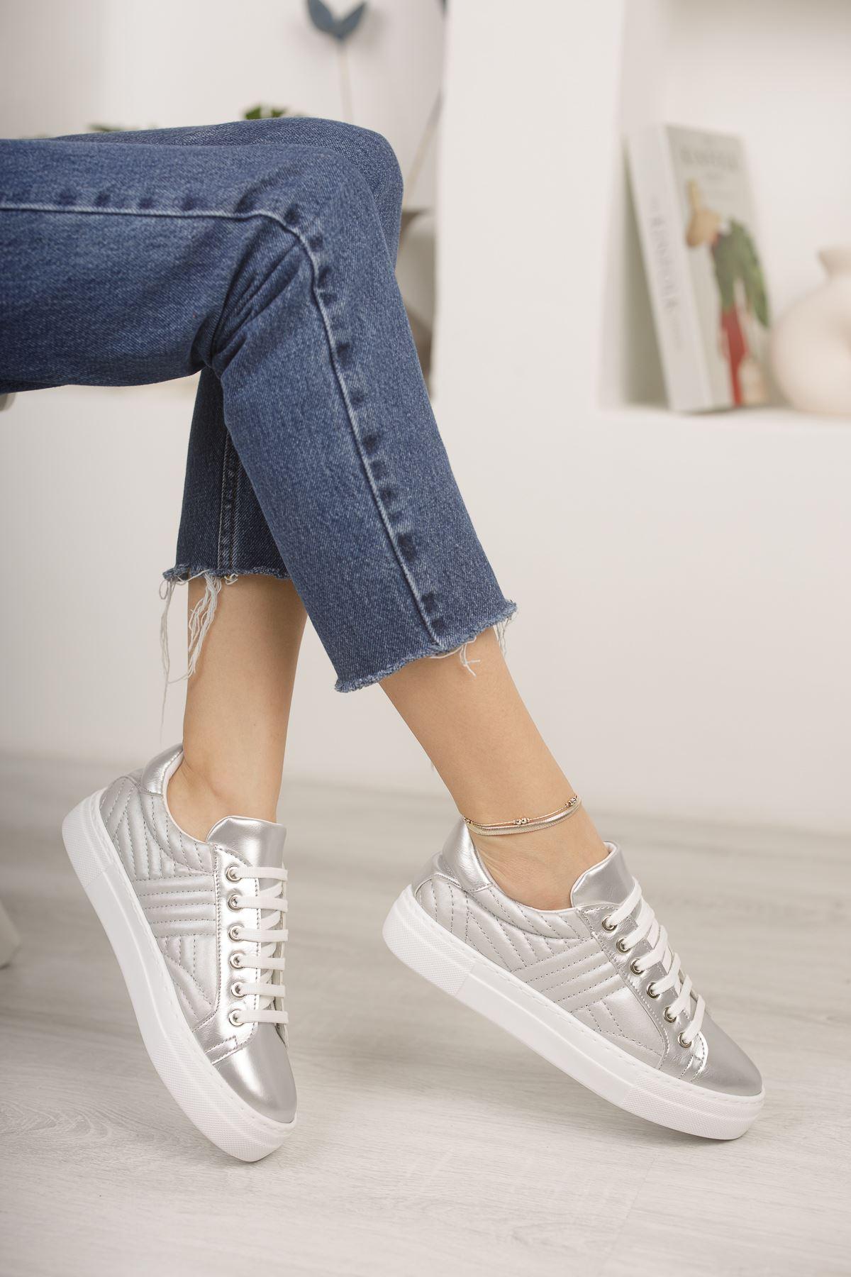 Gümüş Kapitoneli Günlük Spor Ayakkabı