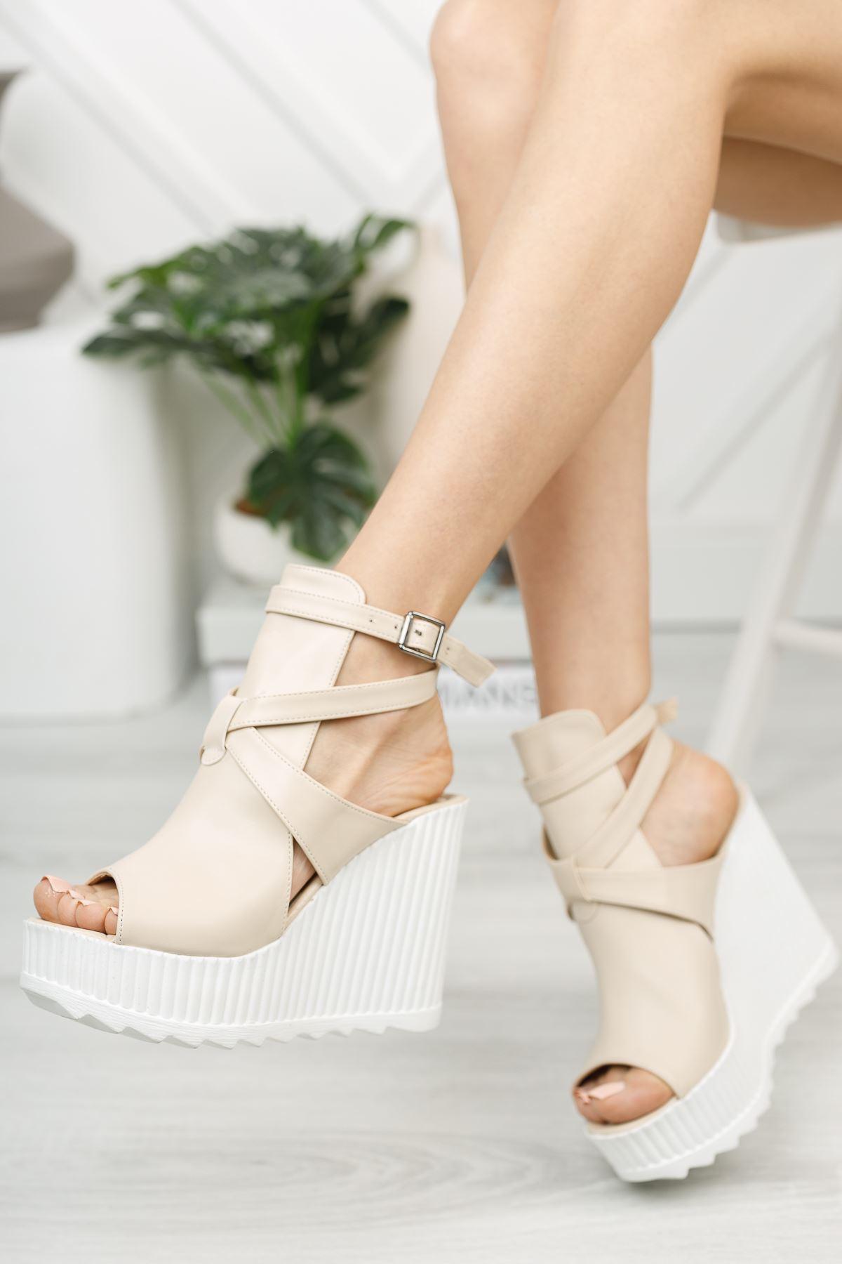 Bej Burnu Açık Yüksek Dolgu Topuklu Ayakkabı