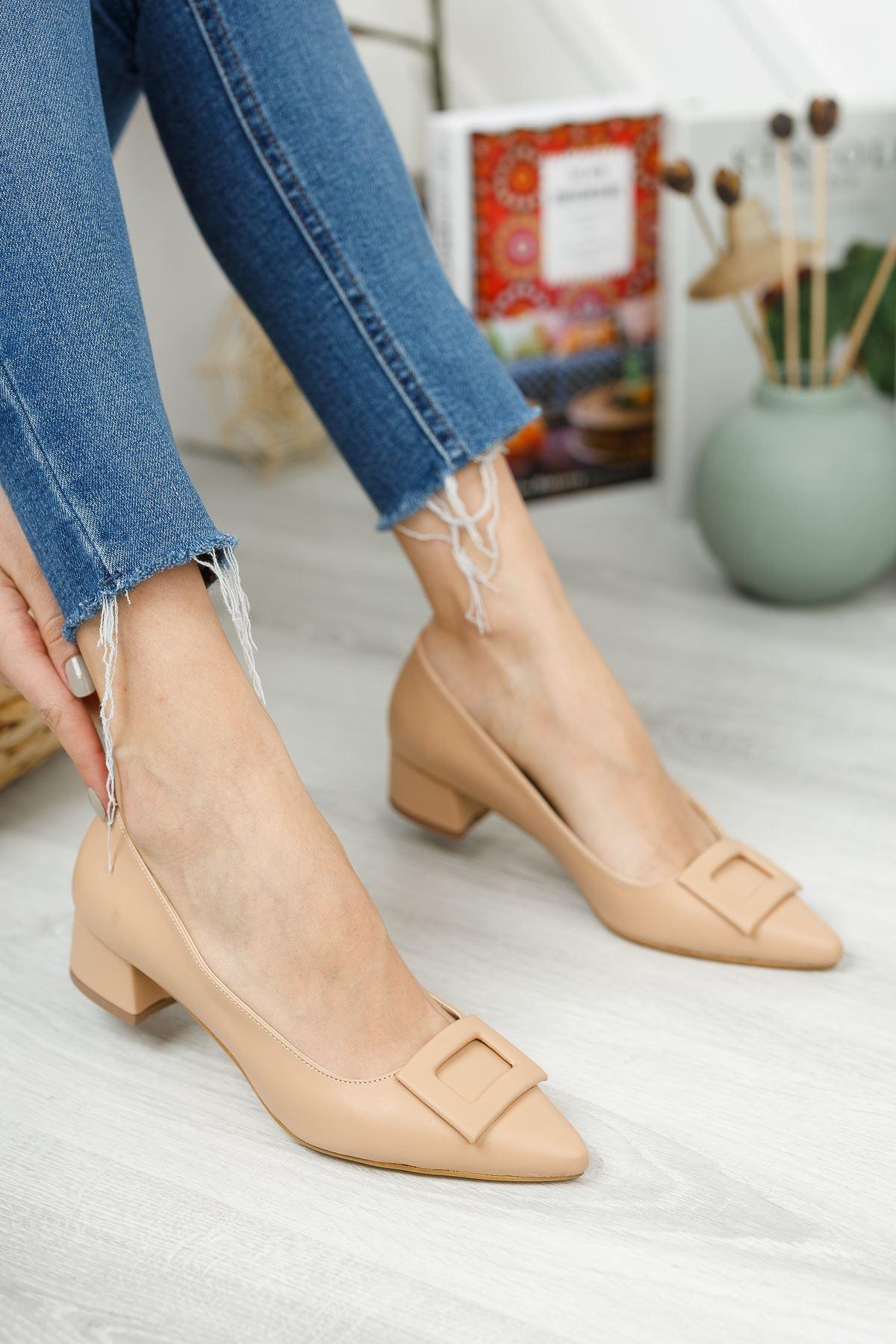 Nude Deri Sivri Kalıp Toka Detaylı Kısa Kalın Topuklu Ayakkabı