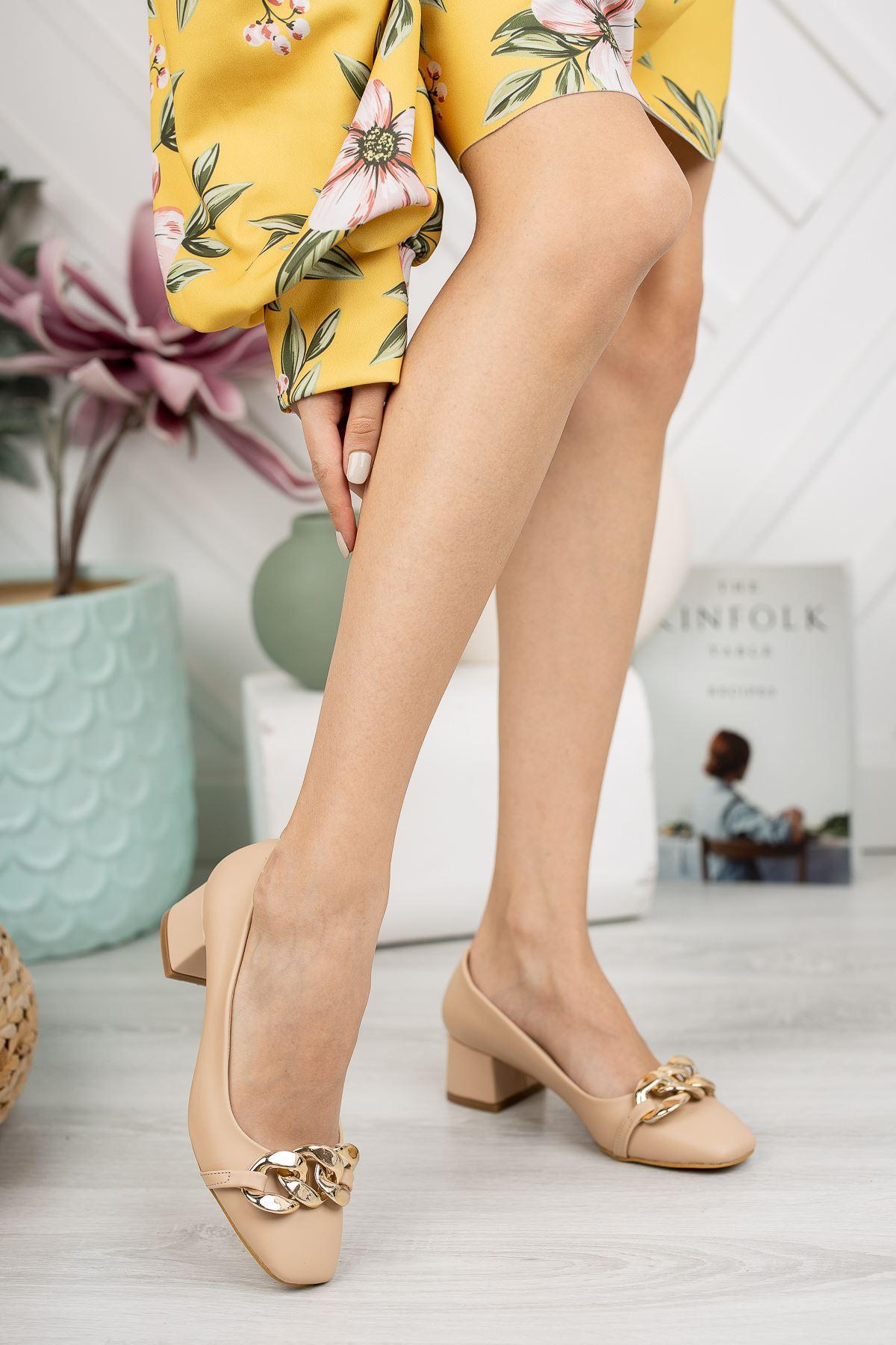 Nude Cilt Zincir Aksesuar Detaylı Klasik Topuklu Ayakkabı