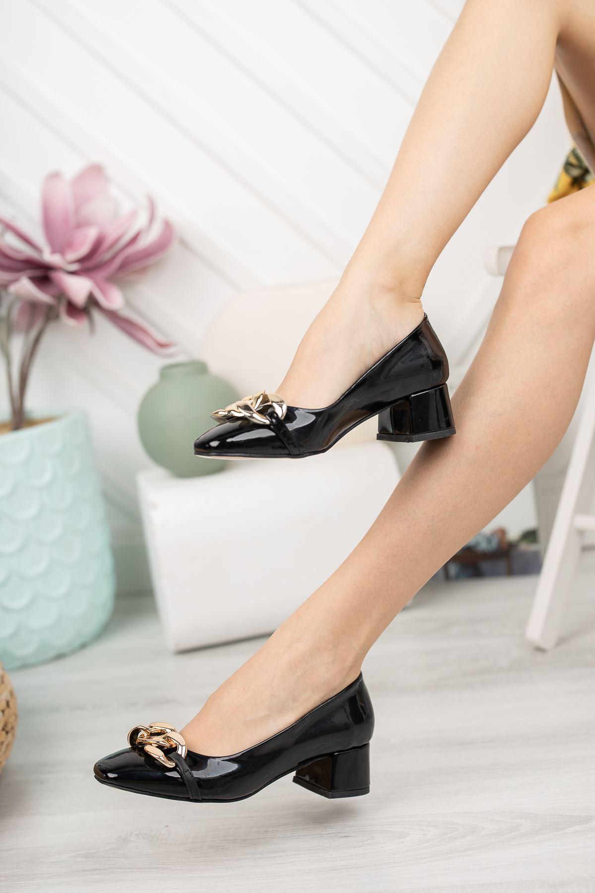 Siyah Rugan Zincir Aksesuar Detaylı Klasik Topuklu Ayakkabı