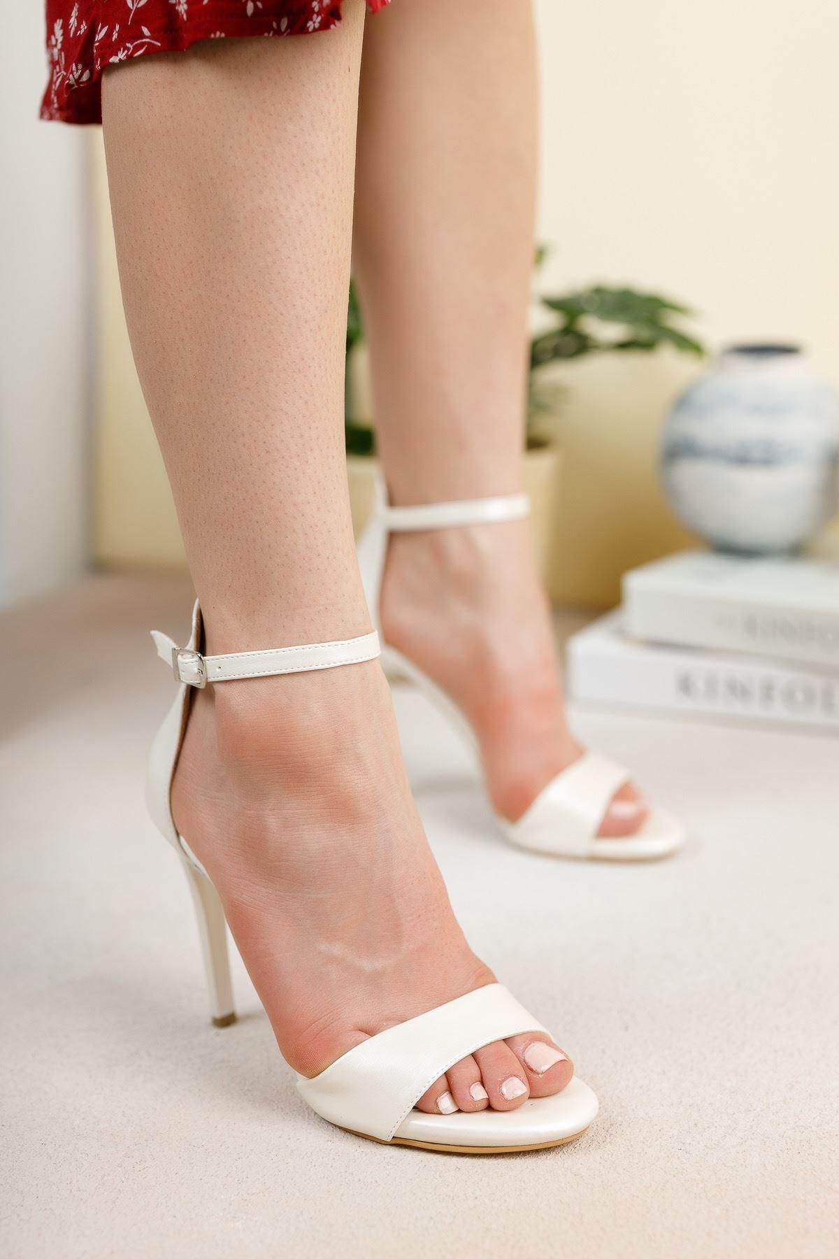 Beyaz Sedef Tek Bant İnce Yüksek Topuklu Ayakkabı